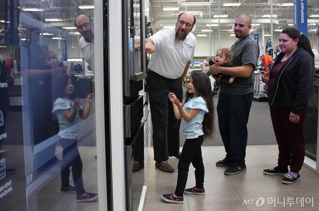 지난 7일(현지시각) 미국 라스베이거스 베스트바이 매장을 방문한 제스미나의 가족이 삼성전자 패밀리허브 냉장고에 대해 매장 직원의 설명을 듣고 있다./사진=심재현 기자
