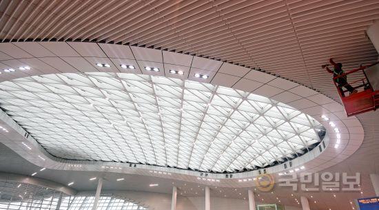 교통센터 지붕에 설치된 태양광 패널.