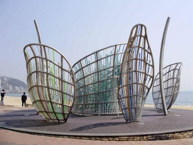 지난 2011년 부산 해운대해수욕장에 설치된 세계적인 거장 '데니스 오펜하임'의 설치 미술 '꽃의 내부' (사진=부산비엔날레조직위원회 제공)