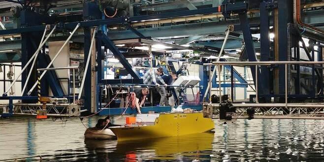 네덜란드 해양연구소 '마린'은 22일(현지시각) 세월호를 약 25분의 1로 축소한 모형배를 대형 수조(길이 170m 너비 40m)에 띄우며 침몰 원인을 분석하기 위한 시뮬레이션 작업을 준비하고 있다. 바헤닝언/정은주 기자