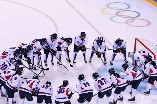 10일 오후 강원도 강릉 관동하키센터에서 열린 2018 평창 동계올림픽 여자아이스하키 경기 코리아 VS 스위스 조별예선에서 단일팀이 화이팅을 외치고 있다 (사진=노컷뉴스)