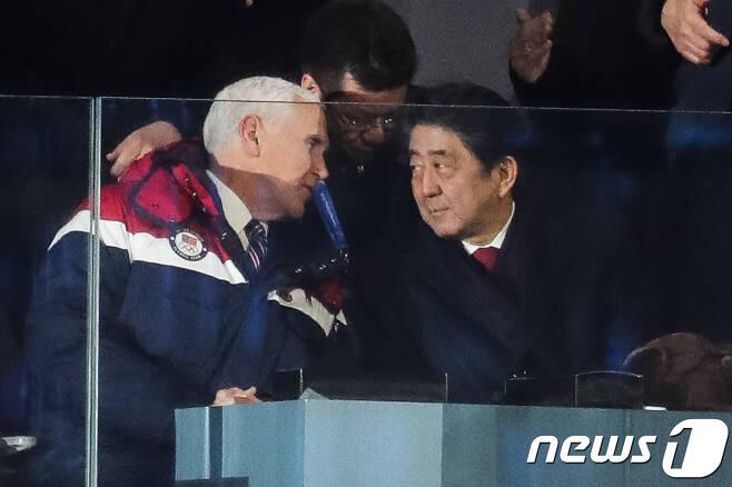 마이크 펜스 미국 부통령(왼쪽)과 아베 신조 일본 총리가 9일 강원도 평창올림픽스타디움에서 열린 2018 평창동계올림픽 개막식에서 대화하고 있다. 2018.2.9/뉴스1 © News1 유승관 기자