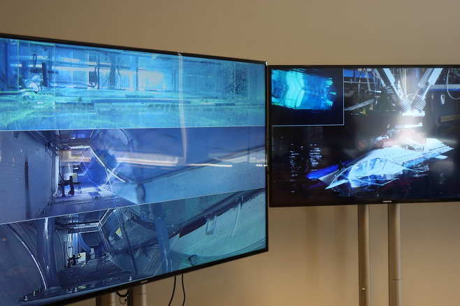스크린 화면에 나타난 세월호 자유 침몰 모습. 왼쪽 스크린에서 제일 위에 나타난 여객층이 먼저 침수된 후 중간 C데크, 아래 D데크가 차래로 침수됐다.  (사진 = 이용우 기자)