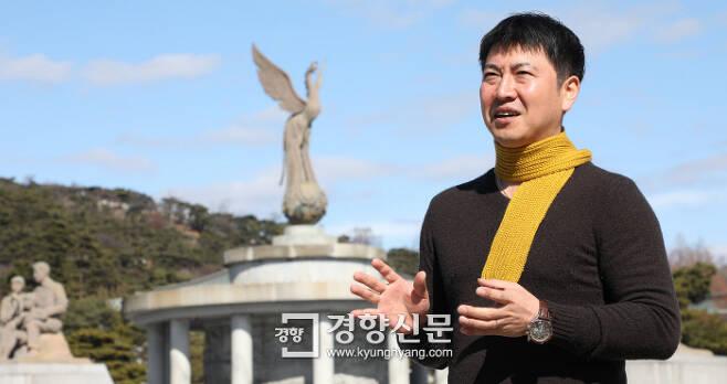 2016년 10월 '비선 실세' 최순실씨의 국정농단 자료를 검찰과 당시 야당 의원 등에게 제보한 전 K스포츠재단 부장 노승일씨가 지난 5일 청와대 분수대 앞에서 당시를 떠올리며 이야기하고 있다. 김창길 기자 cut@kyunghyang.com