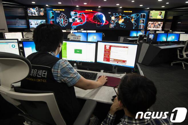 한국인터넷진흥원(KISA) 인터넷침해 대응센터 종합상황실. © News1 유승관 기자