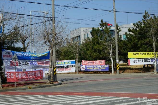 한국GM 군산공장 폐쇄를 겨냥한 현수막들이 어지럽게 붙어있는 모습. (사진=김민성 기자)