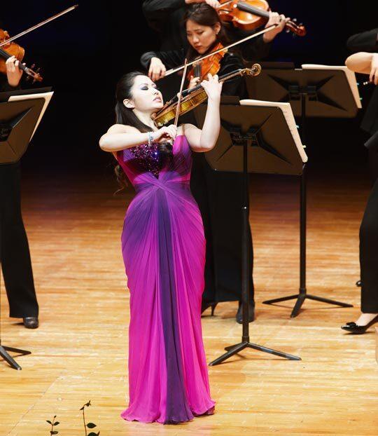 예술의전당 개관 30주년 기념 음악회에서 피아졸라의 곡을 연주하고 있는 사라 장. /예술의전당