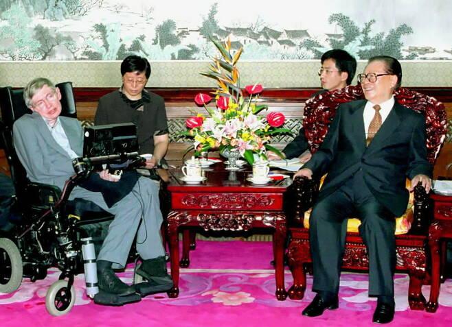 중국의 장쩌민 주석이 2002년 8 월 19일 베이징에서 물리학 자 스티븐 호킹 (Stephen Hawking)과 만나고 있다.[신화=연합뉴스]