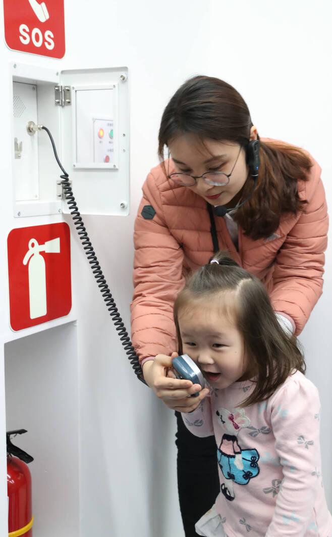 3층 철도안전교육관에서 한 어린이가 재난 발생시 승무원에게 사고상황을 전달하는 체험을 하고 있다. 우상조 기자