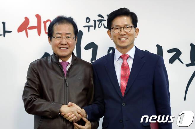 홍준표 자유한국당 대표와 김문수 전 경기도지사.  뉴스1 © News1 안은나 기자
