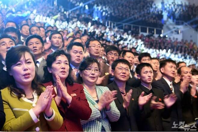 4일 평양 류경정주영체육관엣 열린 남북예술인의 연합무대