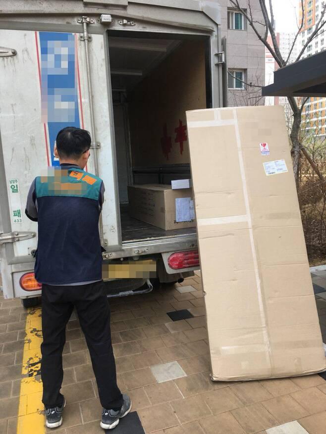 한 택배회사 노동자가 10일 오후 다산신도시 ㅈ아파트에서 택배 물품을 배송하고 있다. 이재호 기자