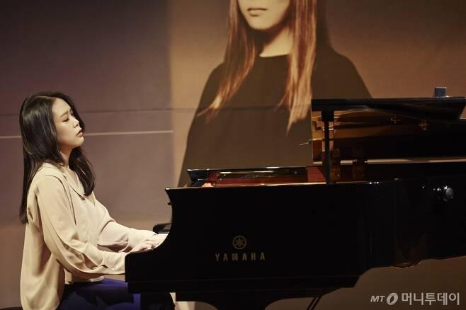 피아니스트 손열음이 새 음반 '모차르트' 발매에 앞서 가진 기자간담회에서 수록곡 '판타지 K475'를 연주하고 있다. 중 /사진제공=크레디아