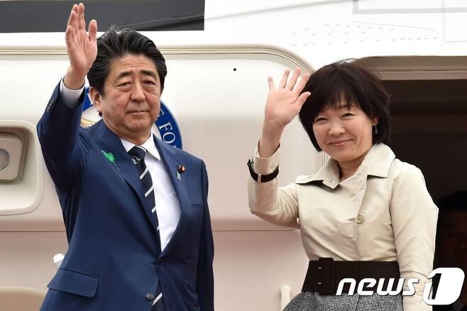 17일(현지시간) 미국으로 출국하는 아베 신조 일본 총리 부부. © AFP=뉴스1