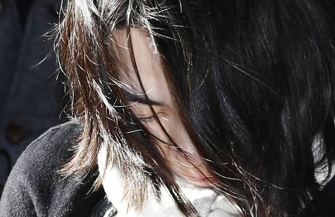이른바 '땅콩회항'으로 파문을 일으킨 조현아 전 대한항공 부사장이 2014년 12월17일 오후 피의자 신분으로 조사를 받기 위해 서울 마포구 공덕동 서울서부지방검찰청에 출석하고 있다. 이종근 기자 root2@hani.co.kr