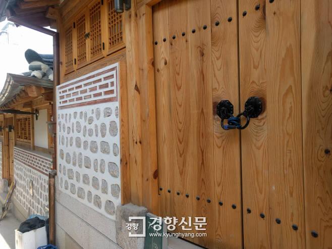 박물관 마을 내 한옥이 자물쇠로 잠긴 모습.