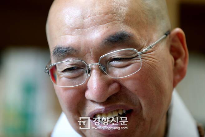 법륜스님이 19일 서울 서초동 평화재단에서 경향신문과 인터뷰하고 있다./정지윤기자