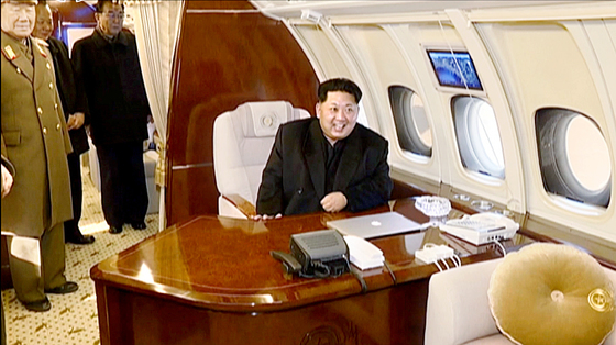 김정은 북한 국무위원장이 전용기 '참매 1호'를 지방 출장을 나섰던 모습. [사진=조선중앙TV 캡처]
