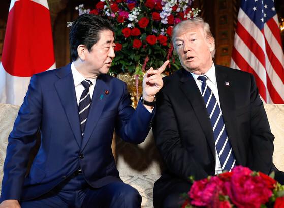 """트럼프 대통령이 지난 17일 아베 신조 일본 총리와 미국 플로리다주 마라라고 리조트에서 회담을 갖고 있다. 이 자리에서 트럼프 대통령은 기자들의 질문에 """"(북미정상회담 개최지로) 5곳의 후보지를 검토 중""""이라고 말했다.[연합뉴스]"""