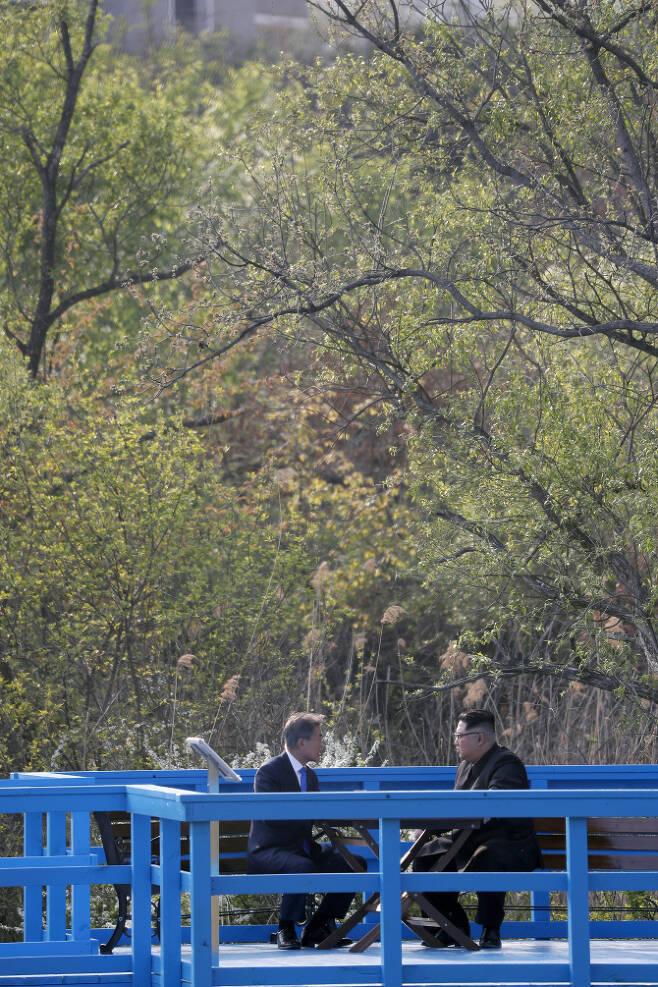 문재인 대통령과 북한 김정은 국무위원장이 27일 오후 판문점 도보다리에서 대화하고 있다. 한국공동사진기자단