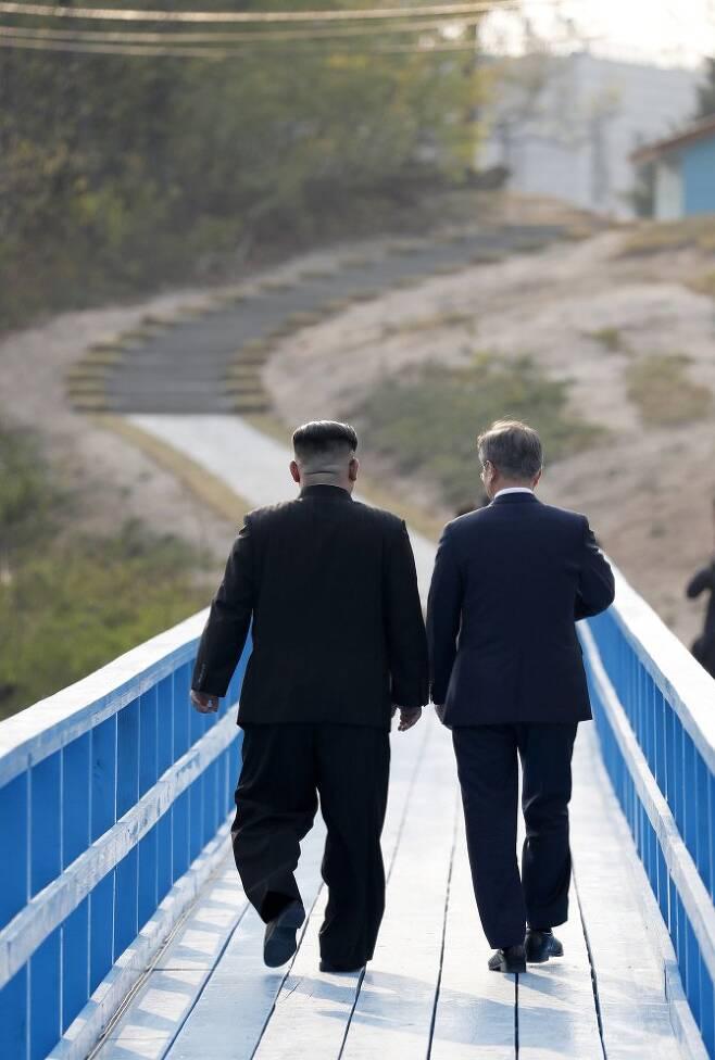 문재인 대통령과 북한 김정은 국무위원장이 27일 오후 판문점 도보다리에서 산책하며 대화하고 있다. 한국공동사진기자단