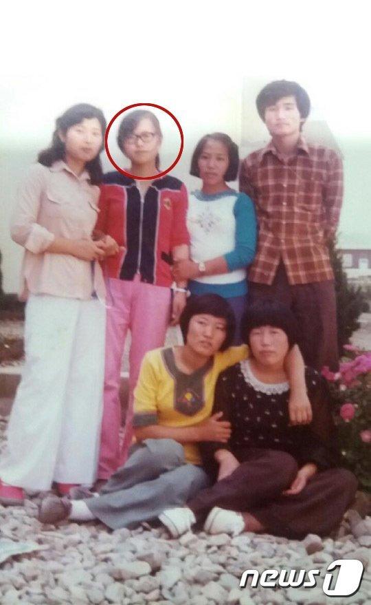 1980년 당시 들불야학을 다니던 조순임씨(빨간원)와 학우들이, 선생님과 찍은 기념사진.(조순임씨 제공) © News1