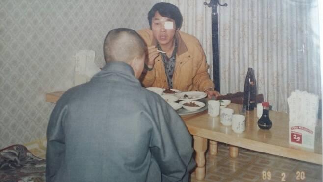 5·18민중항쟁 부상자동지회 초대 회장을 지낸 이지현(예명·이세상·65)씨가 1989년 2월 20일 전남 나주 남평 한 식당에서 여승이 된 ㅇ씨를 만나 5·18민주화운동 때 겪은 사연을 듣고 있다. 이지현씨 제공