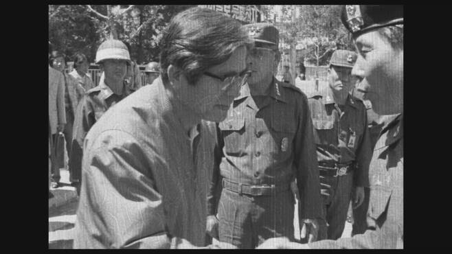 계엄군은 1980년 5월27일 5·18민주화운동을 무력으로 잔인하게 진압했다. 1980년 5월27일 광주에서 진압이 끝난 뒤 신군부의 정호용 당시 특전사령관(오른쪽 끝)이 장형태 당시 전남도지사와 악수하고 있다. 5·18기록관 제공