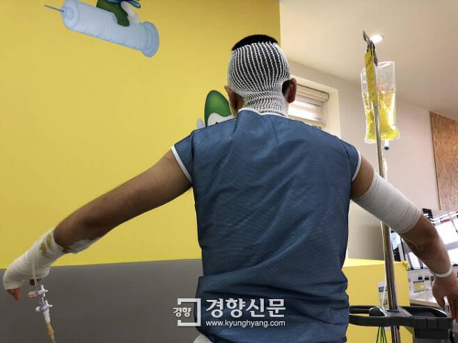 16일 대구 지역 한 병원에서 치료를 받고 있는 ㄴ씨의 모습. 그는 얼굴과 팔, 다리 등에 2도 화상을 입었다.|백경열 기자 merci@kyunghyang.com