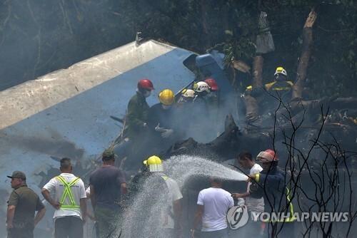 쿠바 항공기 추락 사고 현장에 출동한 구조대 [AFP=연합뉴스]