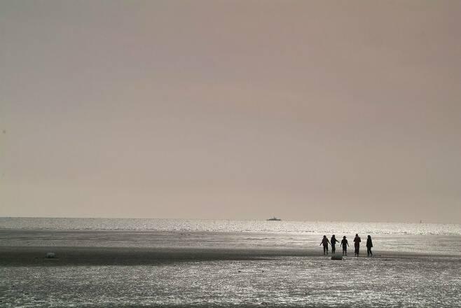 섬 내 유일한 해수욕장인 민머루 해변. 길이 1㎞, 폭 50m의 모래사장과 갯벌로 이루어졌다. (사진=한국관광공사 제공)