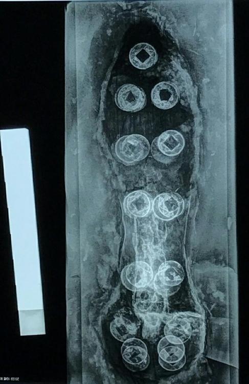 꺽창(과) 들어간 과집을 투사한 엑스레이 사진. 표면 곳곳에 붙은 중국돈 오수전들의 윤곽이 선명하게 보인다. 성림문화재연구원 제공
