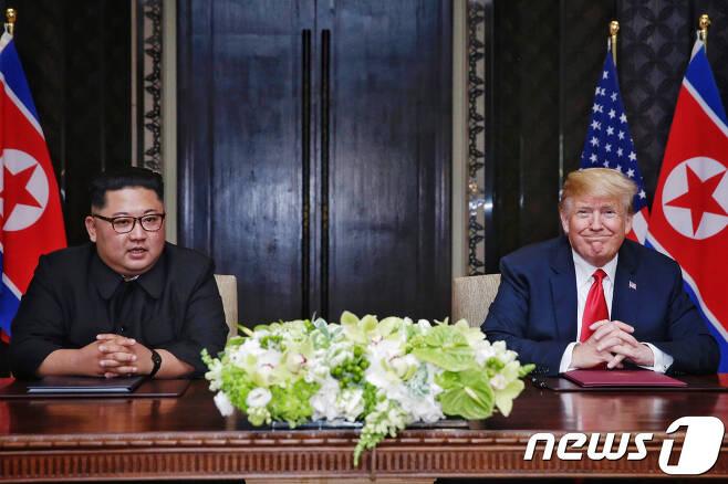 김정은 북한 국무위원장과 도널드 트럼프 미국 대통령이 12일 싱가포르 센토사 섬 카펠라 호텔에서 북미정상회담 공동합의문에 서명을 마친 뒤 소감을 밝히고 있다. (싱가포르통신정보부 제공) 2018.6.12/뉴스1