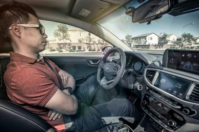 현대차 아이오닉 EV 자율주행차 기술을 시연하고 있는 모습.