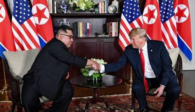 트럼프 미국 대통령과 김정은 북한 국무위원장이 12일(현지시간) 싱가포르 카펠라 호텔에 마련된 회담장에서 악수하고 있다. (사진=백악관 제공)
