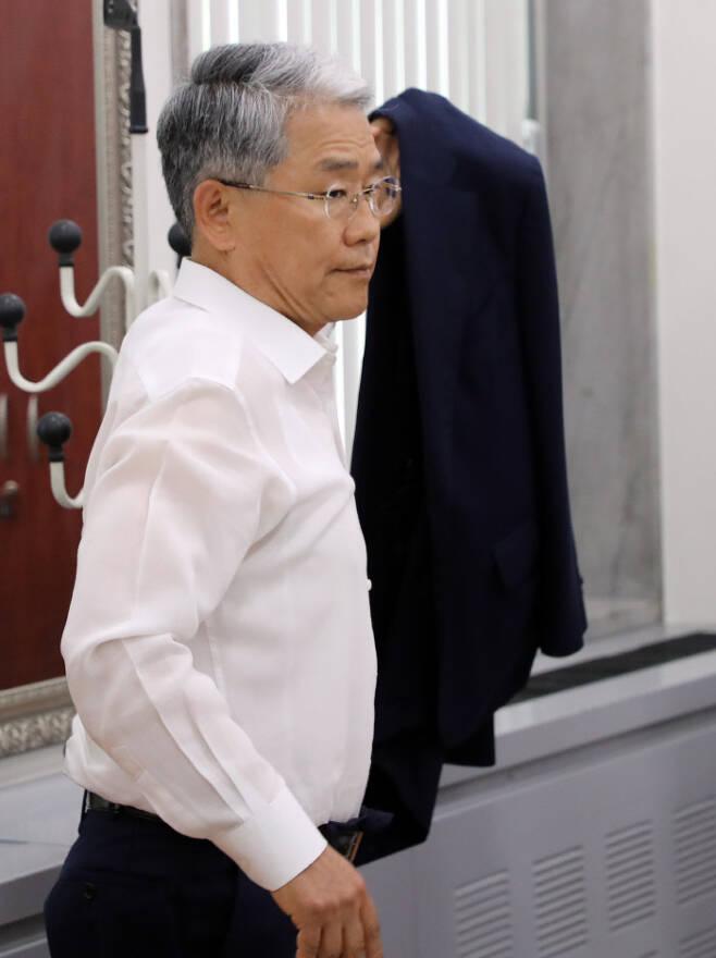 지난 15일 국회에서 열린 기자간담회에 참석한 바른미래당 김동철 비상대책위원장이 웃옷을 걸치고 있다.  연합뉴스