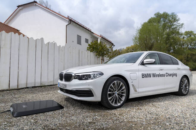 BMW의 PHEV용 무선 충전 시스템 시연 모습.