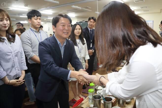 안철수 바른미래당 전 대표가 27일 오전 서울 여의도 한 식당에서 열린 사무처 당직자와의 오찬에 참석해 지난 6.13 지방선거의 노고에 감사 인사를 하고 있다. ⓒ유성호