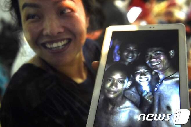 태국의 동굴에 들어갔다 연락이 끊긴 유소년 축구팀의 가족들이 아들들의 생존 소식에 기뻐하고 있다. © AFP=뉴스1