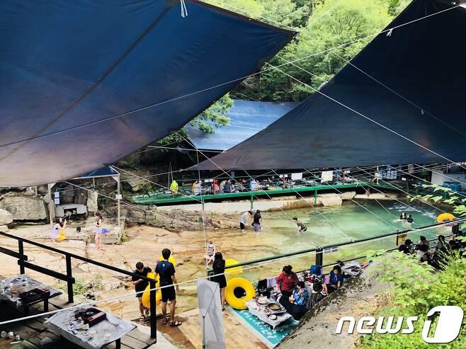 수락산 청학동계곡 상류에 난립한 무허가 좌판. 이들은 계곡물을 가둬두고 수영장처럼 꾸며 피서객들을 끌어들이고 있다. © News1