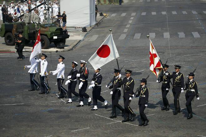싱가포르 군인(왼쪽)들과 함께 14일(현지시간) 프랑스 파리 상제리제 거리를 행진하고 있는 일본 자위대원들. [AP=연합뉴스]