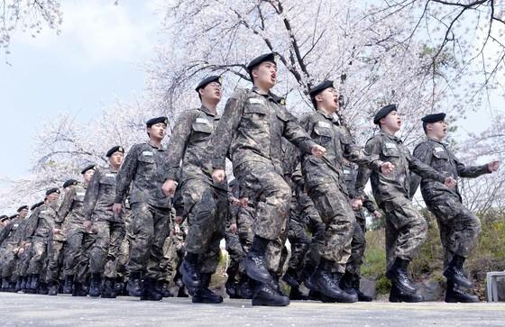 충남 논산 육군훈련소 이동간 제식훈련을 받고 있다. [사진 중앙포토]