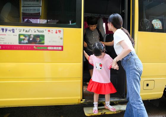 19일 오전 광주광역시 서구 한 유치원에 도착한 통학버스에서 어린이가 인솔교사의 도움을 받아 내리고 있다. 광주 지역 통학버스에는 아이들이 홀로 남겨지는 것을 예방하고 만일의 경우 도움을 요청할 수 있는 안전 장치가 설치돼 있다. 프리랜서 장정필