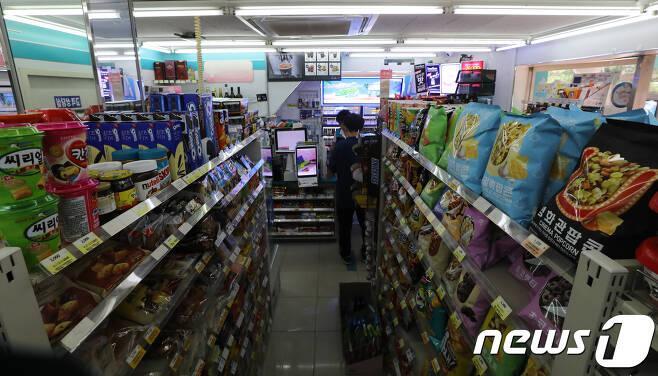 서울시내의 한 편의점에서 아르바이트 직원이 근무를 하고 있다.(기사 내용과 직접 관련은 없음) © News1 허경 기자