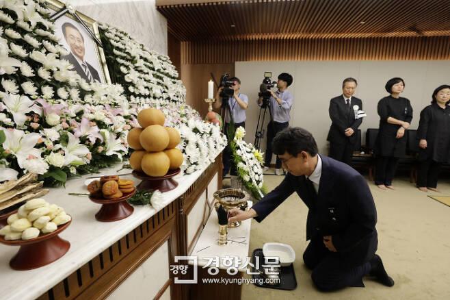 유시민 작가가 23일 저녁 노회찬 정의당 원내대표의 빈소가 마련된 서울 서대문구 신촌 세브란스병원 장례식장에서 조문을 하고 있다. 권도현 기자