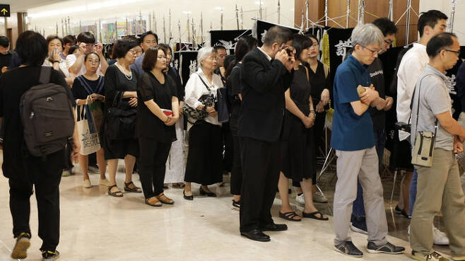 지난 24일 오후 서울 서대문구 세브란스병원 장례식장에 마련된 고 노회찬 의원 빈소를 찾은 조문객들이 줄을 서있다.