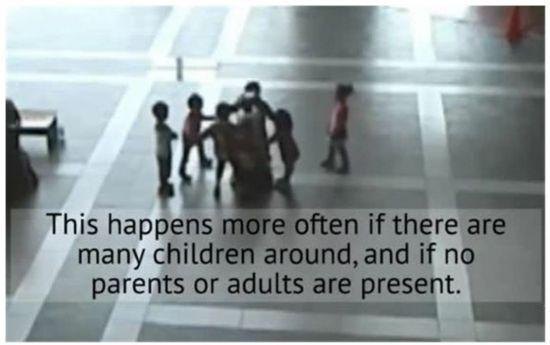 집단으로 로봇을 괴롭히는 아이들 <자료:ATR IRC Laboratories>
