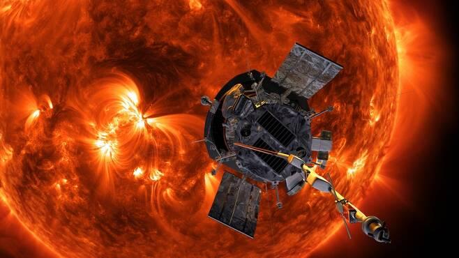 태양에 접근하는 파커 태양탐사선의 과학 상상도. 미국 항공우주국(NASA) 제공