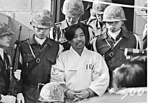 1979년 12월 20일 박정희 대통령 시해사건 관련 김재규 전 중앙정보부장이 육군본부 계엄 보통군법회의에서 선고공판을 받기 위해 포승에 묶여 걸어오고 있다. 그는 내란목적 살인죄가 적용돼 사형을 선고 받았다./사진=뉴시스