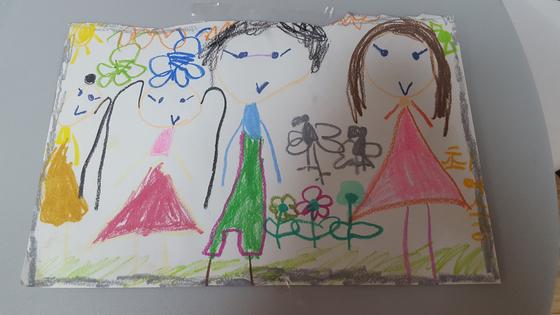 큰 아이가 그린 그림 속 가족의 얼굴은 언제나 웃고 있다. 그림 속 모습처럼 언제까지나 아이들 마음속엔 행복 가득한 가족이 그려지길 바란다. [사진 김미영]